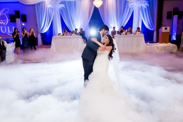 Dancing On A Cloud Bryllups Vals Med Belysning - WhiteWeddingDJ